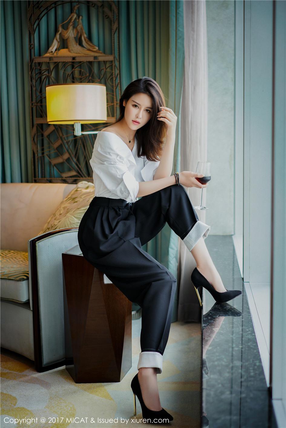 【猫萌榜】【叶佳颐】 极品气质ol美女叶佳颐酒店迷人美腿写真 Vol.030【22P】 X丝玉足