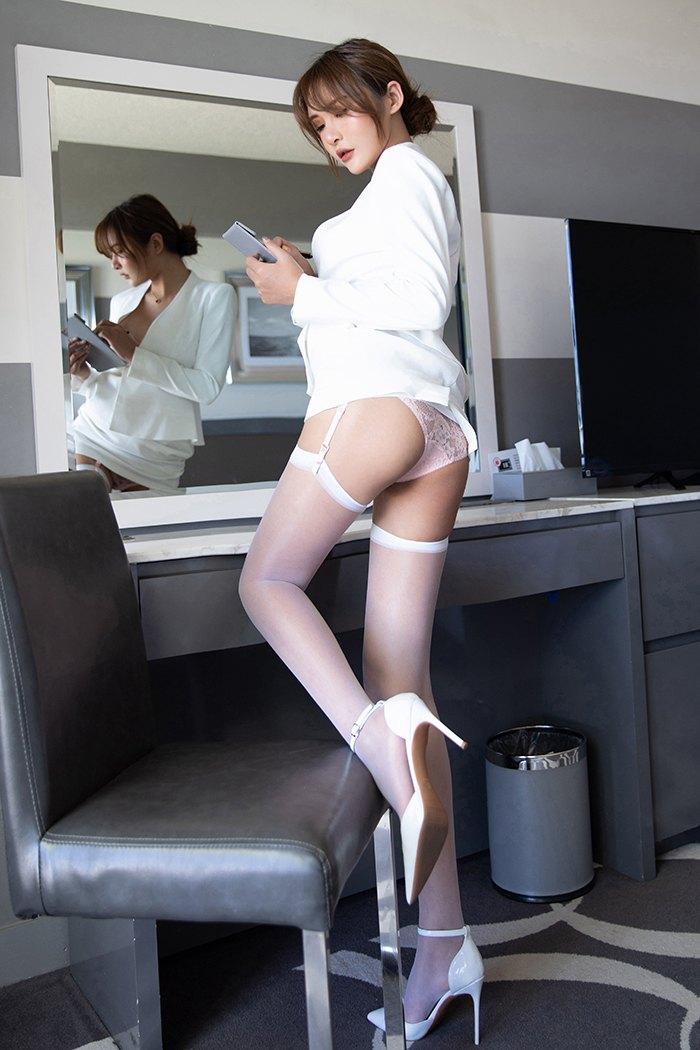 【尹菲】风骚白领尹菲情趣蕾丝纯白吊带丝袜胴体撩人诱惑图片【34P】 X丝玉足