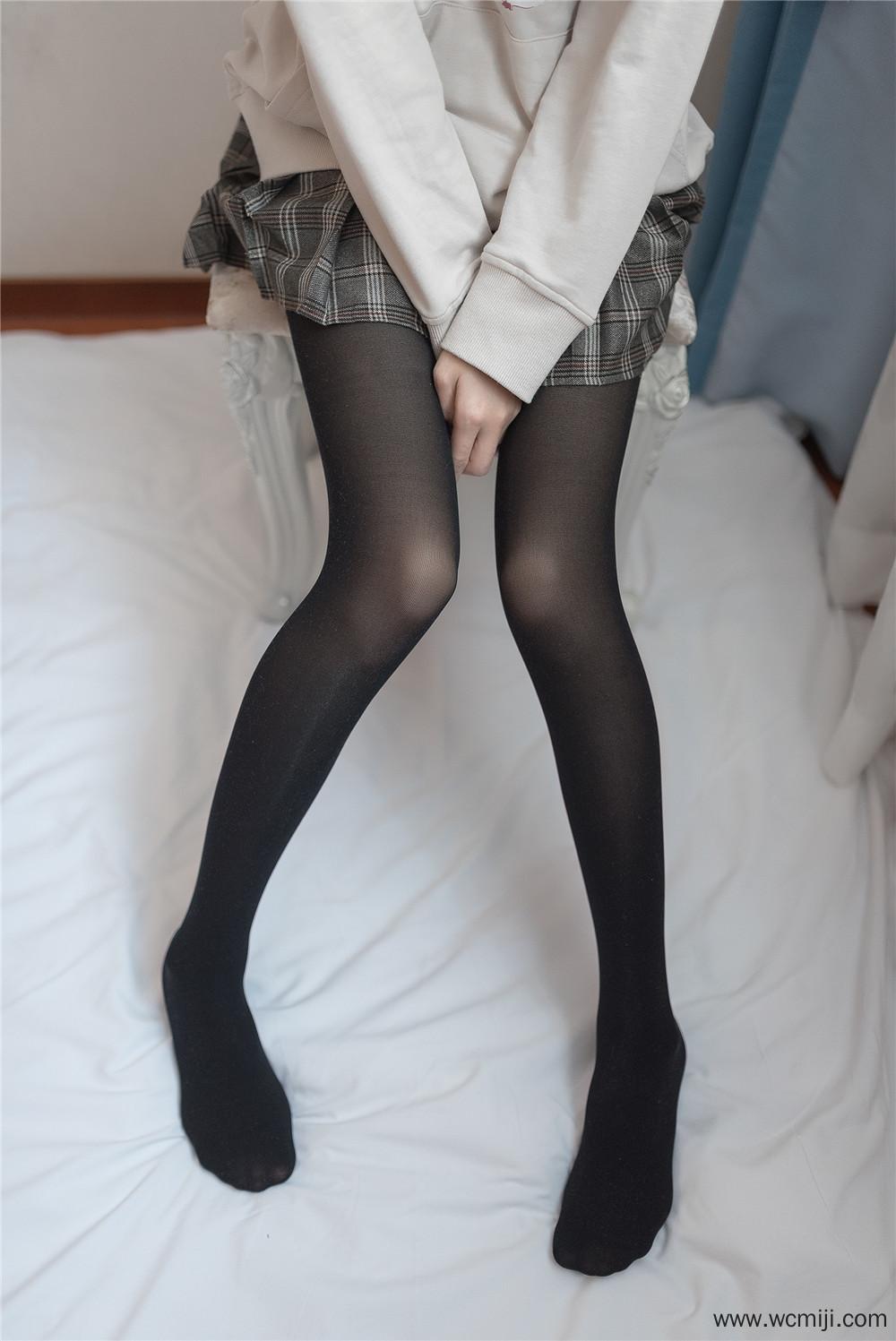 【私拍】【少女】窗帘后的少女学生制服朦胧黑丝私房照【46P】 X丝玉足