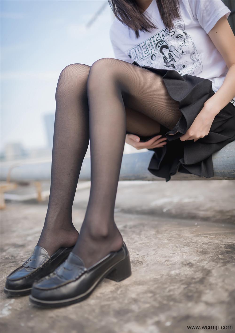 【私拍】【少女】学校天台的黑丝少女制服私房照【45P】 X丝玉足