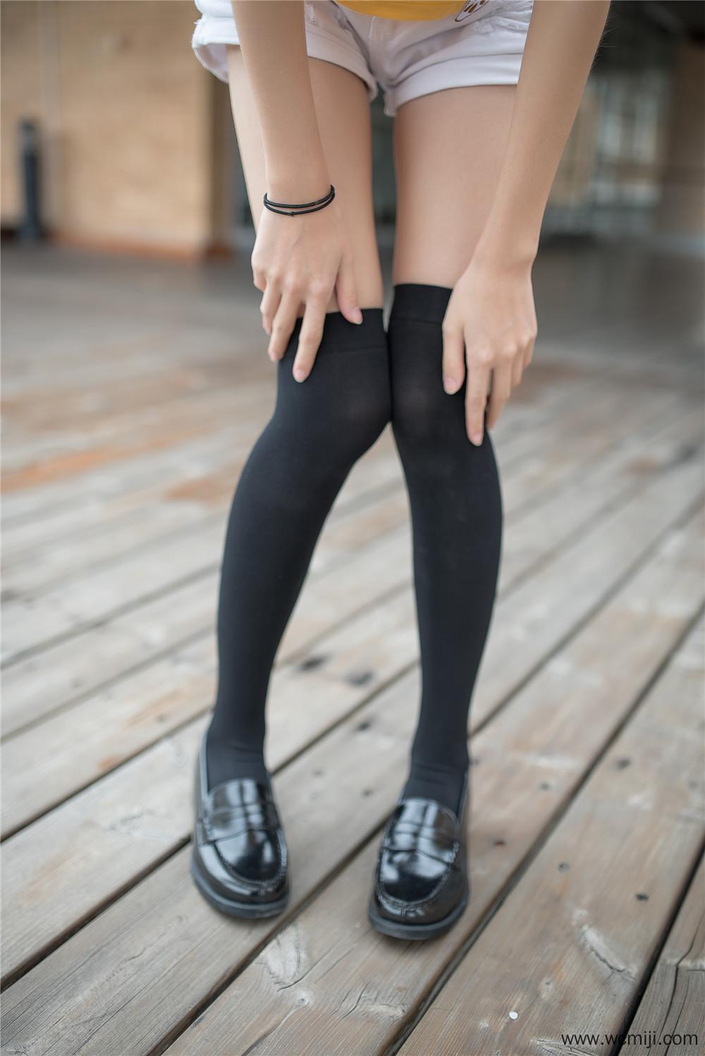 【私拍】【少女】可爱学生黑皮鞋配黑丝路边私拍照片【50P】 X丝玉足