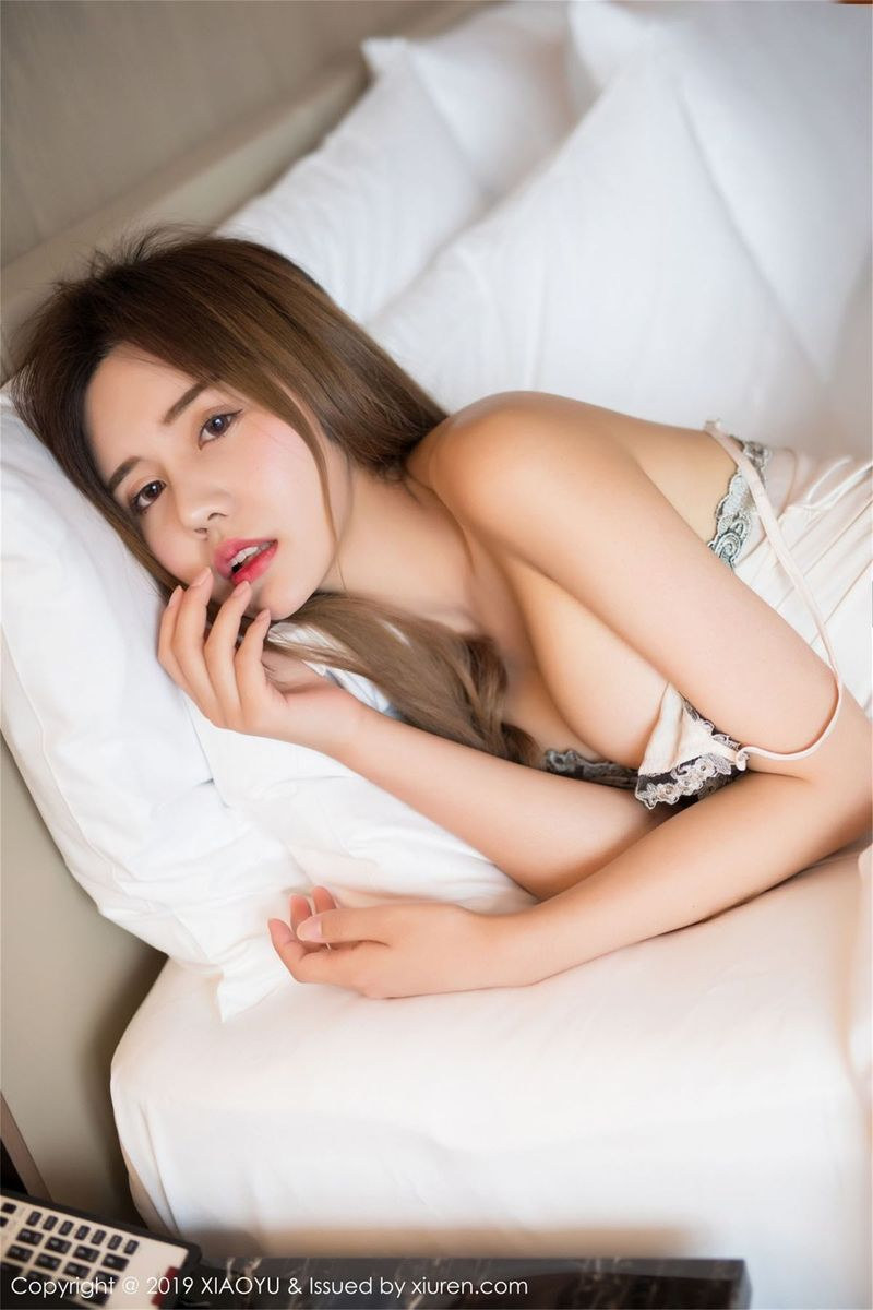 【性感美女】【卓娅祺】优雅嫩白美女Cris卓娅祺吊带睡裙性感美乳写真【35P】 写真集