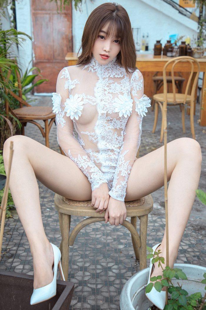 【性感美女】【芝芝】妩媚美女芝芝长发圆嫩巨臀透视装阳台上大解放【32P】 写真集