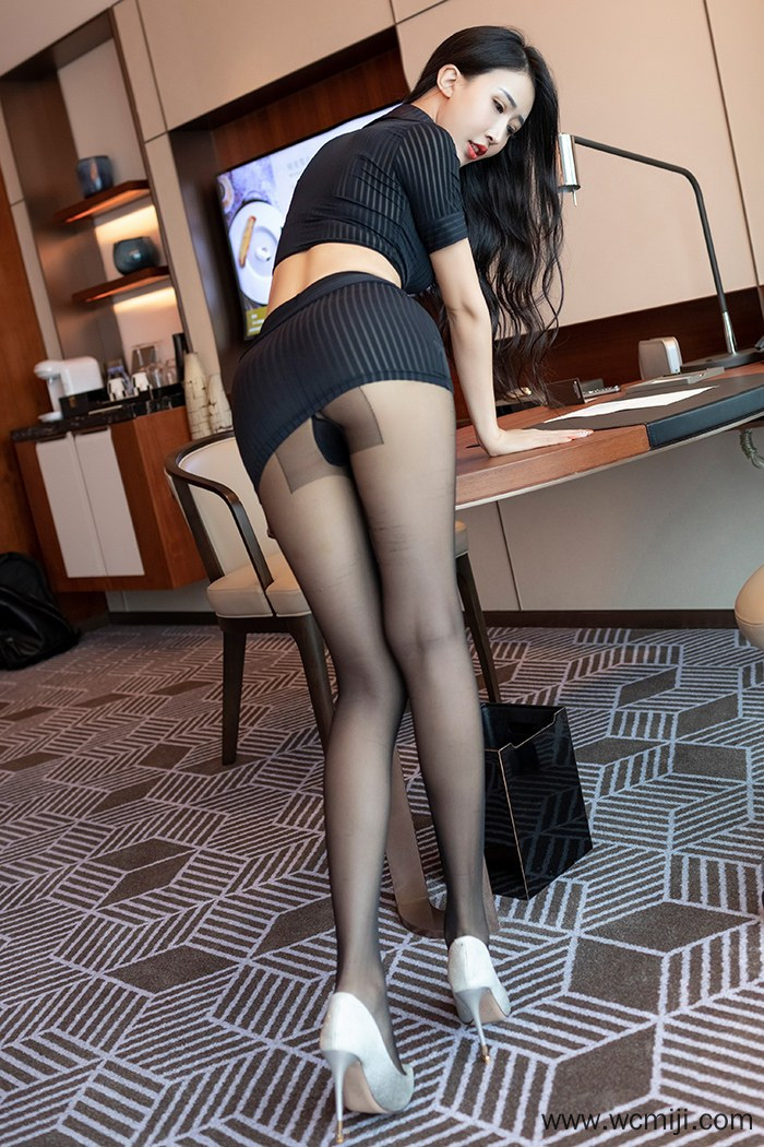 【性感美女】【石心琪】美乳嫩模石心琪职场OL黑丝美腿人体艺术图片【32P】 制服