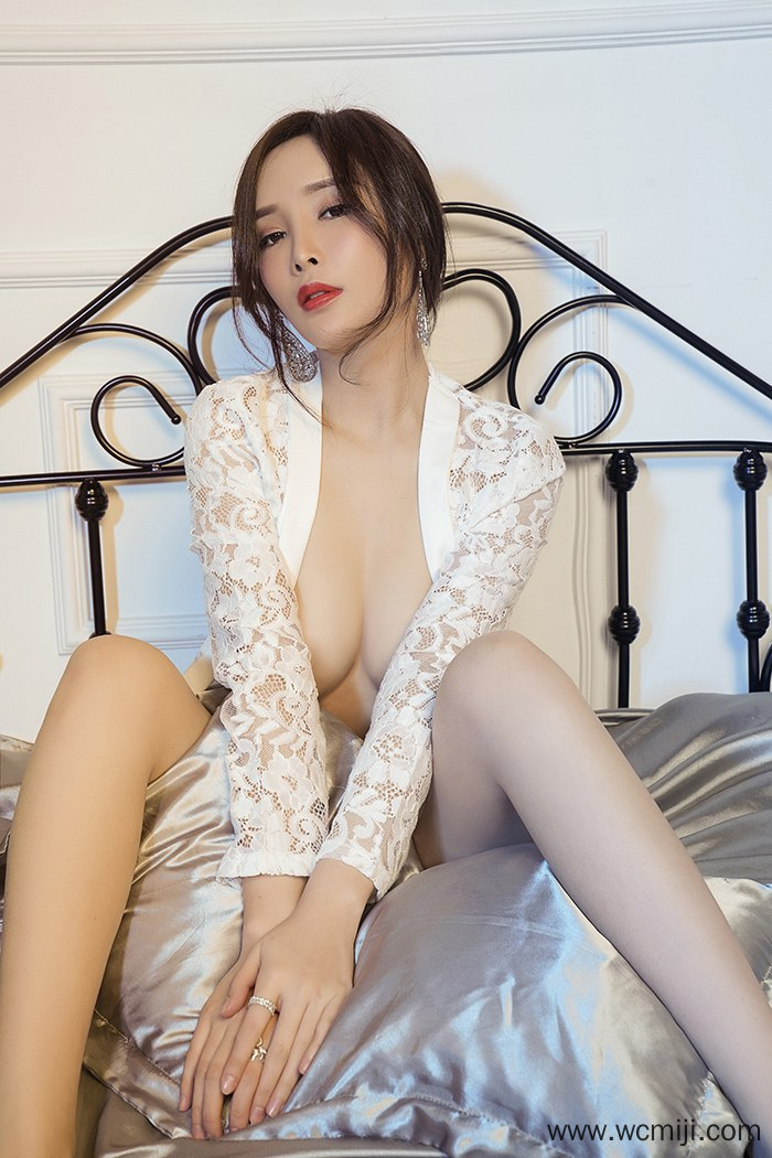 【性感美女】【周妍希】风骚白嫩美女周妍希蕾丝遮乳风光无限【32P】 写真集
