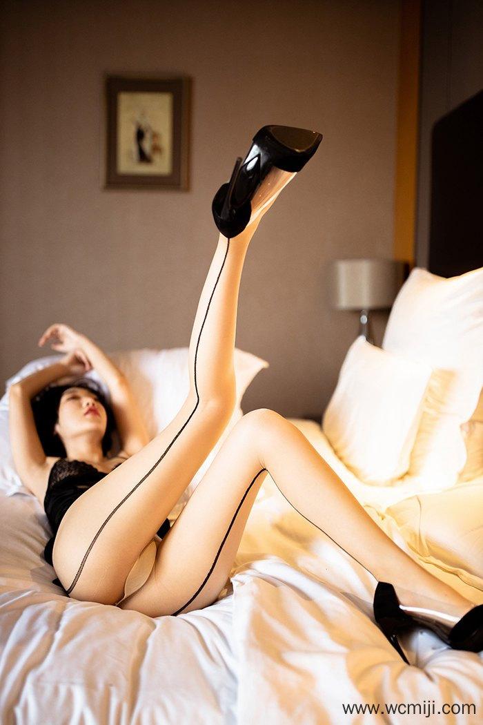 【写真集】【小九月】惹人火辣人妻小九月高跟丝袜圆浑翘臀睡姿撩人【49P】 X丝玉足