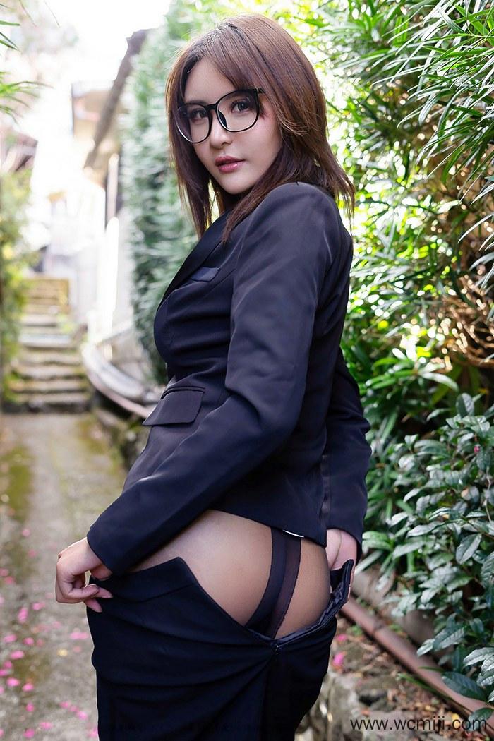 【模特】【尹菲】人体美女秘书尹菲双手捧乳户外宽衣诱人艺术写真【40P】 模特